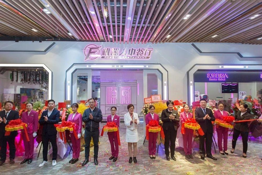 У Китаї відкрився перший повністю роботизований ресторан
